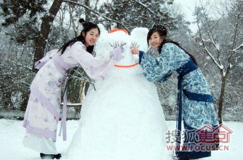 穿汉服美女来挑雪天堆雪人