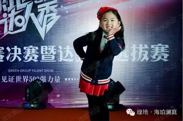 可爱的小朋友舞动着小苹果惹人喜爱