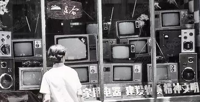 办公楼的正面是一台老式电视机的样子,这就是云南电视机厂的原址.