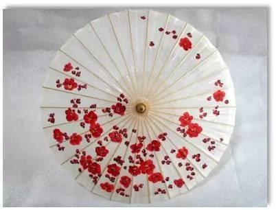 中铁·水岸青城 手绘油纸伞&纽扣花制作活动 在伞面上绘出心仪的图案