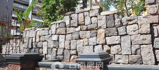 设计手法进行搭接,局部配以雕刻玛雅文字的石块,且在景墙中点缀多个