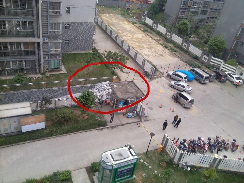 盛世中华因欠农民工工资地下停车场被封堵 高清图片