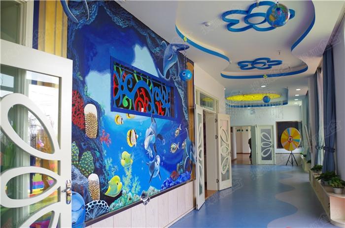 走廊和楼梯的装饰皆有幼儿园教师亲手绘制