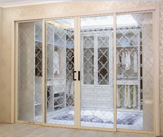 在居室中,玻璃隔断就经常会应用在厨房隔断,浴室隔断,阳台隔断图片