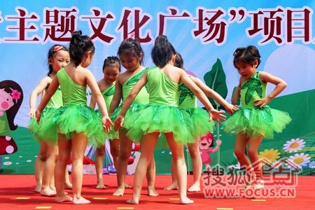 小朋友们热情欢快的舞蹈