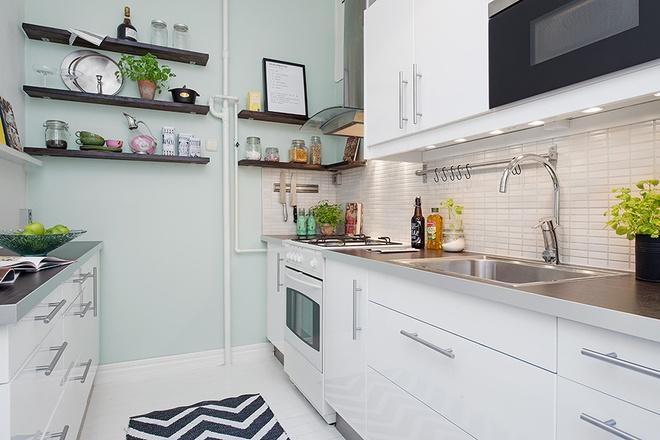 白色的厨房被装修在开放式的大平面内.图片