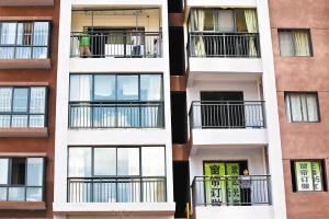 封阳台的工人正在给住户施工