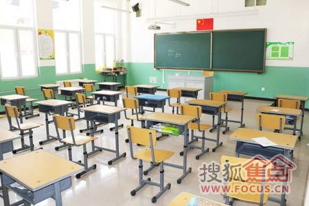 课堂里的崭新桌椅摆放有序