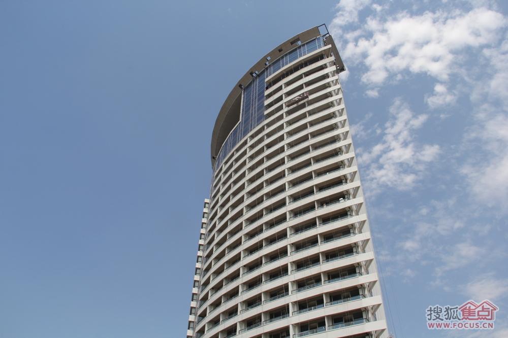 近日,搜狐焦点编辑来到秦皇岛金梦海湾,一栋高耸的建筑正在进行外部的装修,这栋外表不算太靓的大楼就是鼎鼎大名的香格里拉大酒店,这个被冠以亚洲最大豪华酒店集团的品牌酒店初步定于7月开业,目前正在进行内部装修。