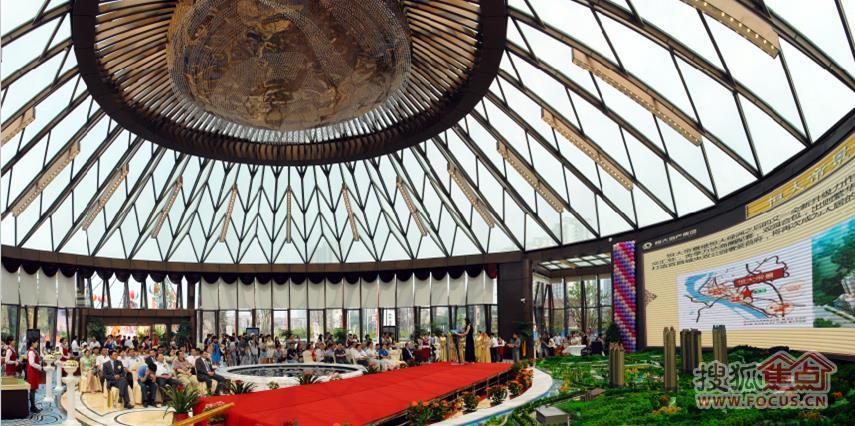 步入恒大帝景营销中心,钢结构全玻璃的圆形建筑外观震撼眼帘,汲取了