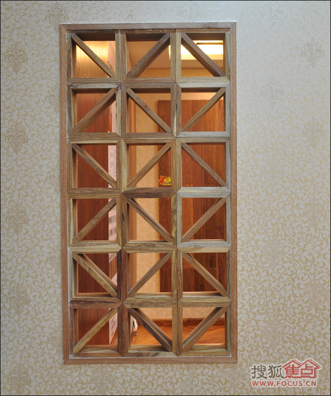 木窗采用了原木材质,木料除了进行了切割造型外,没有经过任何地二次