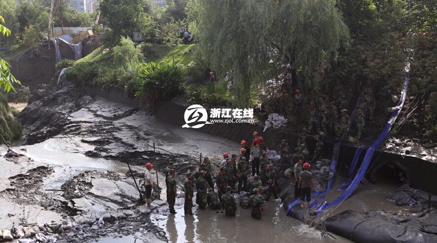 杭州地铁四号线附近路面突然塌陷-杭州地铁4号线附近路面塌陷 河水倒...图片 689127 886x493