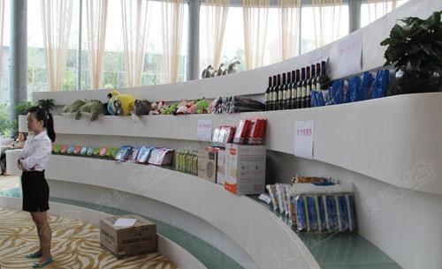 原本摆放红酒的展示台堆满了礼品图片