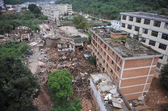 鲁甸灾区现状——坍塌的房屋、一片片废墟淹没了受灾群众的希望