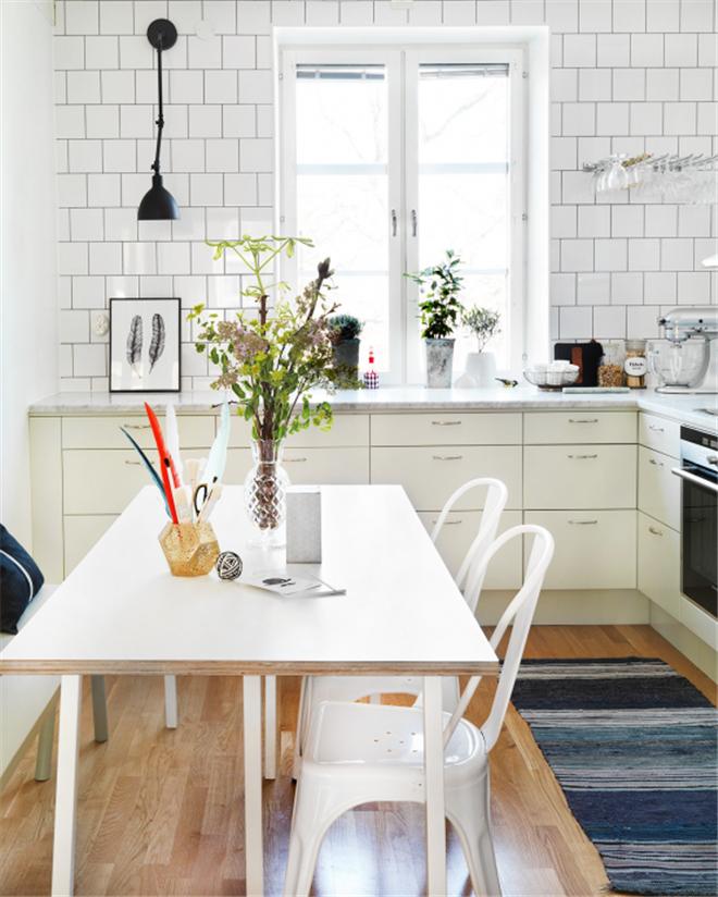 北欧风厨房设计(图)     橱柜门使用软灰绿色,简约的白色瓷砖和美丽的