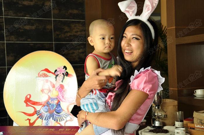可爱的小宝宝与可爱的兔女郎合影