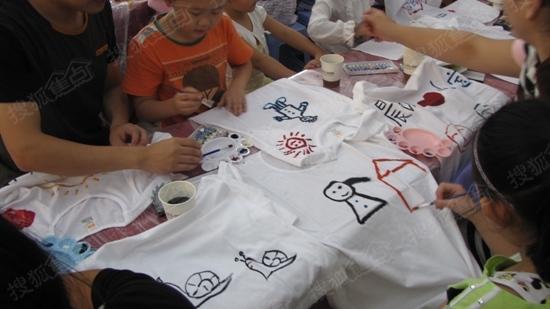 现场举办中秋趣味t恤diy活动,邻里共度佳节.