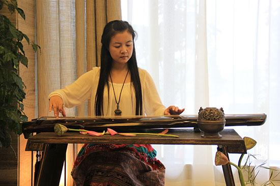 期间穿插有中国古典艺术(古筝图片