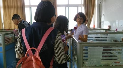 学生和老师在电梯里