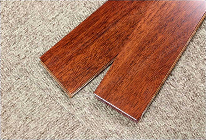 细观大卫这款印茄木实木地板,此木材是不可多得的珍稀原木,纹理细腻