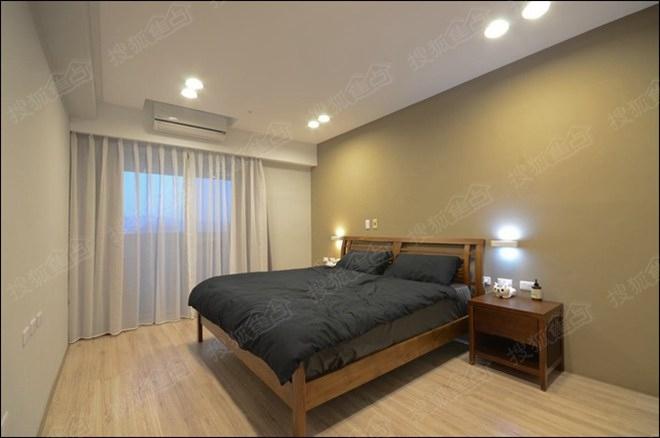 如果觉得墙面过于平整,那就摒弃床头板选择图示这样别致的造型吧