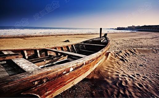 冬季的海不似夏季那样热烈鲜活,淡化了人声鼎沸、骄阳似火,更显平静的深沉,适合静思与细品。  冬季的海极富包容情怀,正如热闹的夏季结束,人群散去,而冬季则负责包容人走茶凉的孤寂一样,我时常在想,如若用人物来形容季节,那么,夏季就是充满生命力的少年,爱笑爱闹,热情似火;冬季则更像耄耋老人一般,宁静、慈祥,默默的包容着夏季离去所遗留下来的孤寂冷清。