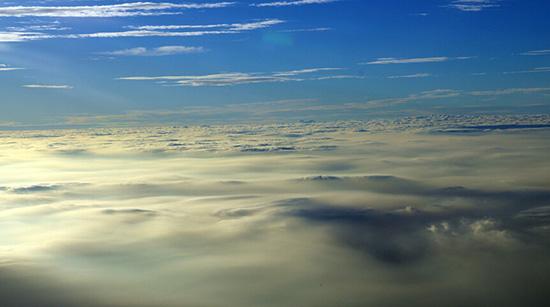 北京到广州航班上拍摄南北雾霾 云层排山蹈海