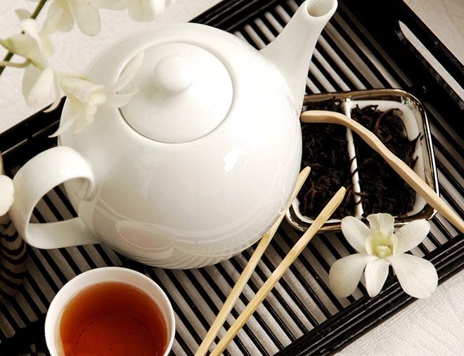 竹木茶具套装   在历史上,广大农村,包括茶区,很多人使用竹或木碗泡茶,它价廉物美,经济实惠,但现代已很少采用了。在我国的南方,如海南等地有用椰壳制作的壶、碗用来泡茶的,经济而实用,又是艺术欣赏品。用木罐、竹罐装茶,则仍然随处可见,特别是福建省武夷山等地的乌龙茶木盒,在盒上绘以山水图案,制作精良,别具一格。作为艺术品的黄阳木罐、二黄竹片茶罐,也是一种赠送亲友的珍品,并具实用价值。   金属茶具套装   金属茶具是用金、银、铜、锡制作的茶具,古已有之。尤其是用锡做的贮茶的茶器,具有很大的优越性。锡罐贮
