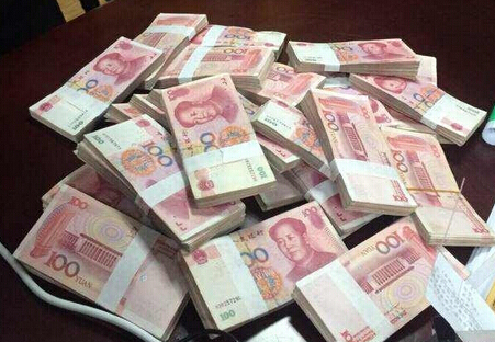 北京钱其_开发商开启发钱模式 年终摞摞百元大钞让人羡