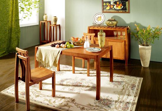 联邦新一代依洛歌采用欧洲进口榉木,符合FSC森林认证。纹理清晰,木材质地均匀,色调柔和流畅,是相对红木家具而言性价比最高的硬木家具用材。新一代依洛歌涂装全新升级,油漆硬度好、丰满度高、附着力佳、耐久性强、手感好,且漆膜薄,光泽匀称,可以很好的显示木材的纹理和色泽。采用基材底着色,且底着色基材渗透力极强,增强了产品的木质感,使油漆与木材完美结合,达到入木三分的效果。
