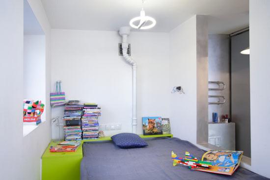 如果你蜗居在一间非常小的公寓里,最好的生活方式就是远离抑郁症,将自己的蜗居装饰的充满乐趣。波兰建筑师 Jakub Szczesny设计了这套位于波兰华沙的21平米小公寓。这套公寓采用了几个非常有趣的空间节省方案,比如可转换的厨房和餐厅,洗衣机放在床下面。室内装修全部预算6000欧元,包括材料和油漆的费用。
