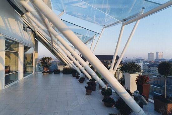 旁边有绿地,有餐厅,都是使用钢结构,整个是抛物线形状的.