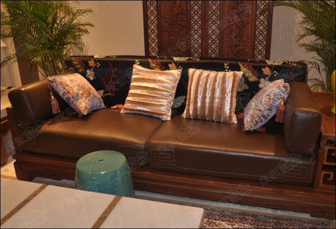编辑看见了不少新中式家具,而这套联邦家私的新中式实木沙发受到在场
