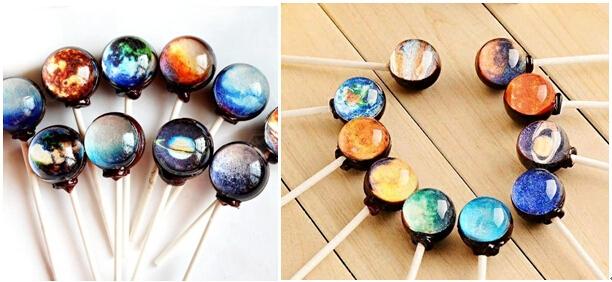这是一种纯手工制作的棒棒糖,在糖球的中间有美丽的星球图案.