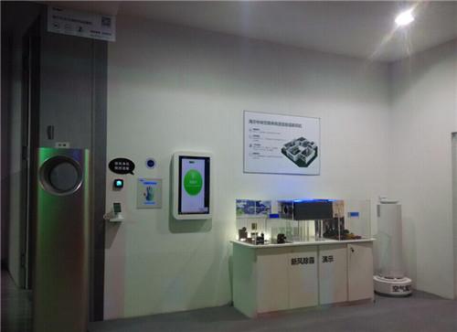 海尔中央空调新风除霾机保证了室内外空气的流通,并通过三级滤网技术