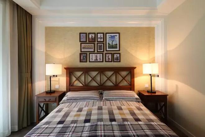 宽敞的客厅以美式复古皮沙发坐镇,配合茶几,边柜,台灯,照片墙增添图片