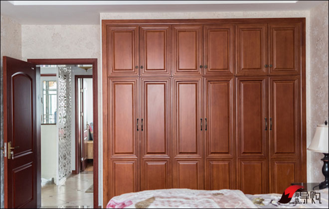实木双开门整体衣柜,完美展现木纹的复古与自然魅力,赋予家居独特