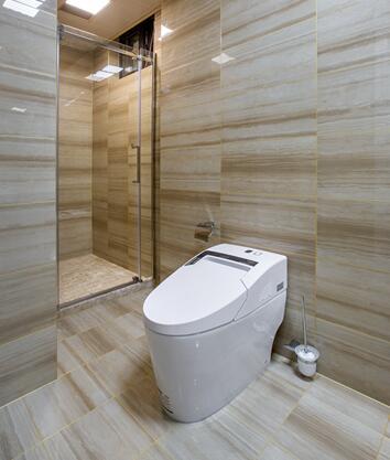 浴室使用了台阶式浴缸,不光显得整体空间更为恢弘,为洗图片
