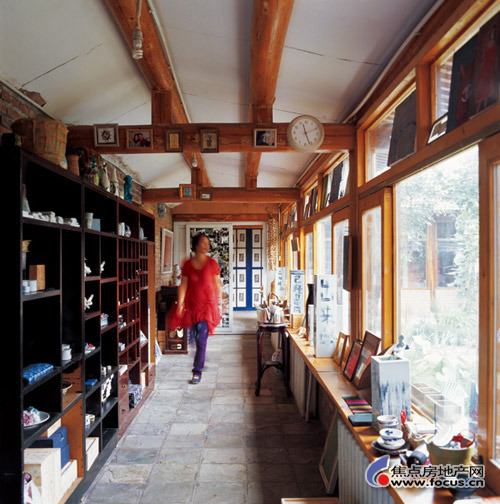 女主人喜欢展示自己的各类艺术作品,所以几米长的中式收藏柜渐渐被充满