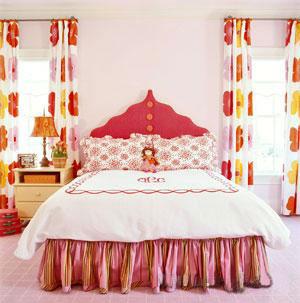 用可爱的漂亮娃娃来装点女孩子的卧室床头是永远的经典.