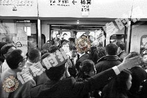 昨天下午6时,下班高峰期,杨箕站换乘的乘客激增,地铁不得不进行分批分流。