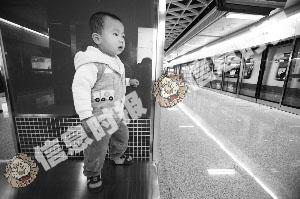 五羊邨站,一名孩子好奇地看着崭新的列车。