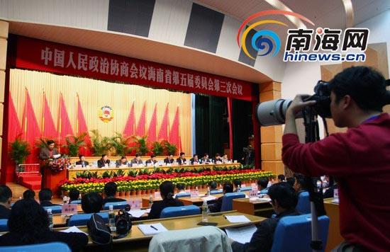 省委副书记、省长罗保铭在会上表示:海南有信心掌控好海南的房地产(记者 张茂 摄)