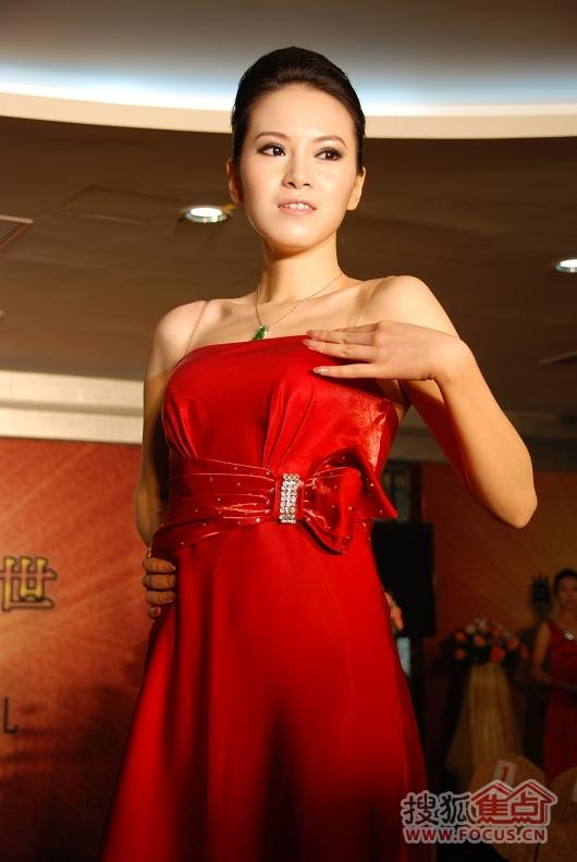 模特穿旗袍展示翡翠