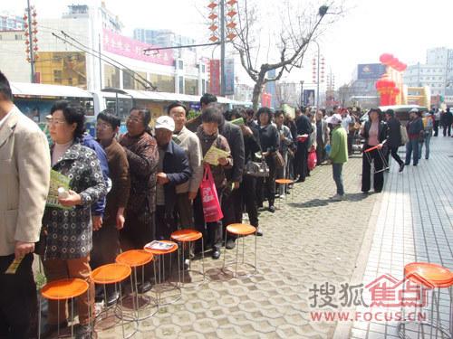 """舞台处从早上7:00就有很多人过来排队抽取1元""""青岛装饰城独家买断品"""""""