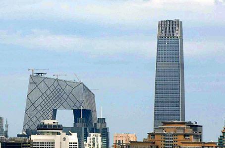 现北京第一高楼国贸三期主塔(右)与中央电视台新址大楼(左)相映成趣。