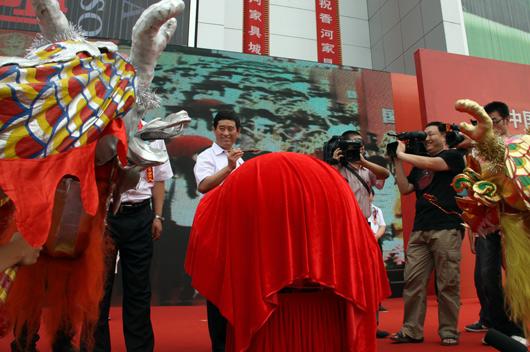 中国家具协会副理事长朱长岭先生为开幕式祥龙点睛