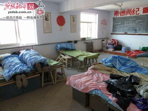 """保定新华政法学院宿舍被""""急拆"""" 78名学生无奈睡教室"""