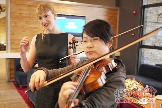 艺术家现场指导 小提琴学习者练习图片