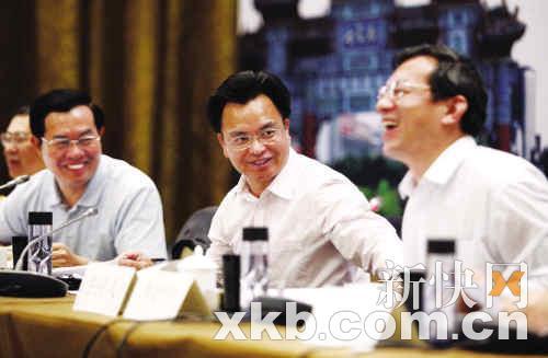 李贻伟_昨日,广州市长万庆良(中),佛山市长李贻伟(右)以及肇庆市长郭锋(左)在